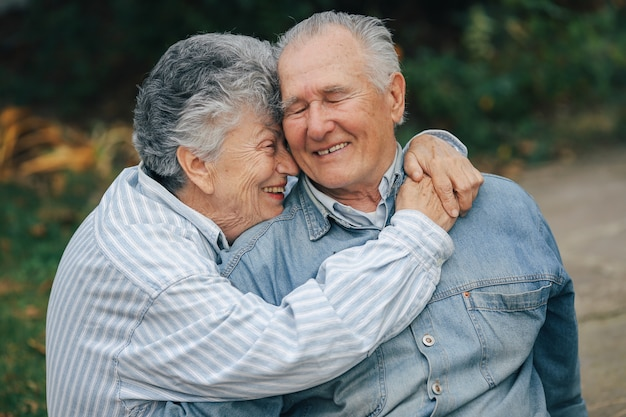 Le belle coppie anziane hanno trascorso insieme il tempo in un parco