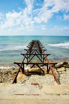 晴れた日に海に美しい古いドック