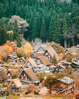 Красивая старая японская хижина в деревне сиракава
