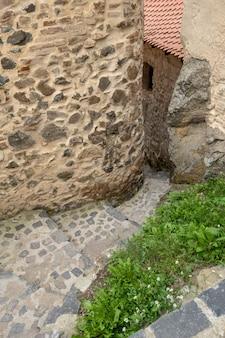 Красивые старые каменные лестницы
