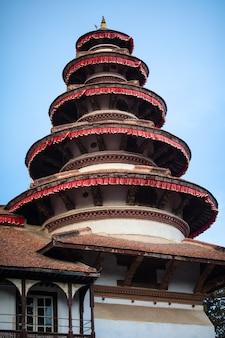 アジアンスタイルの美しい古い寺院の塔