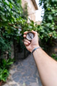 Красивый пейзаж старого города со старым компасом на руке путешественника.