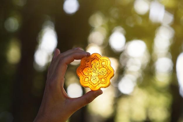 Красивое оранжевое мыло для ванны с подсветкой в лесу, концепция мыла ручной работы