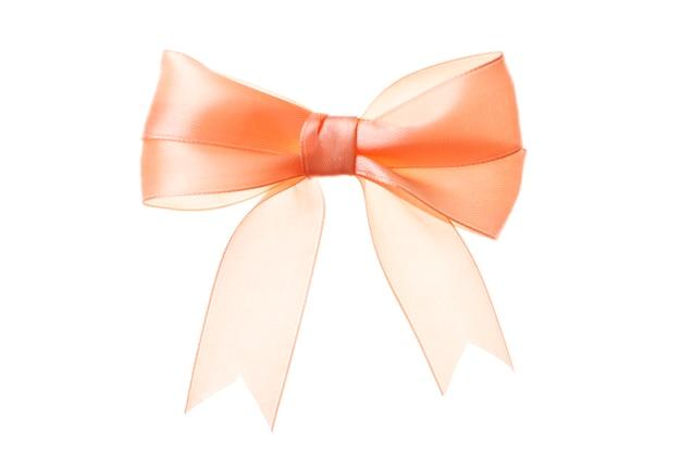 白い背景で隔離の美しいオレンジ色の弓。絶縁。