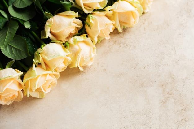 밝은 콘크리트 배경 위에 아름 다운 오렌지 장미입니다. 수평 구성. 발렌타인 데이 또는 결혼식을 축하하는 텍스트