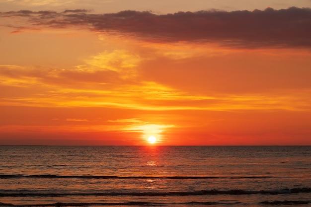 海に沈む美しいオレンジ色の夕日
