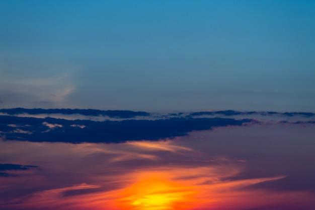 Красивое оранжевое небо заката. естественный фон