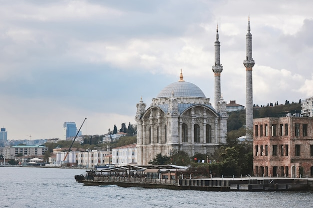 Красивая мечеть ортакёй, вид с пролива босфор. мечеть была построена в 19 веке султаном абдулмеджидом. стамбул, турция