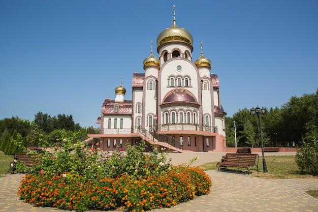 Красивый православный храм с золотыми куполами