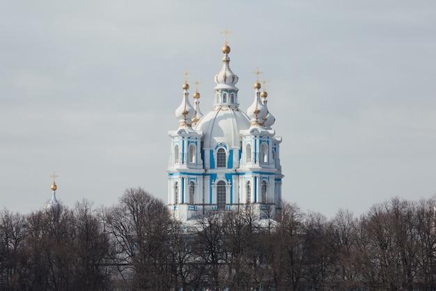 Красивая православная бело-голубая церковь в санкт-петербурге, россия