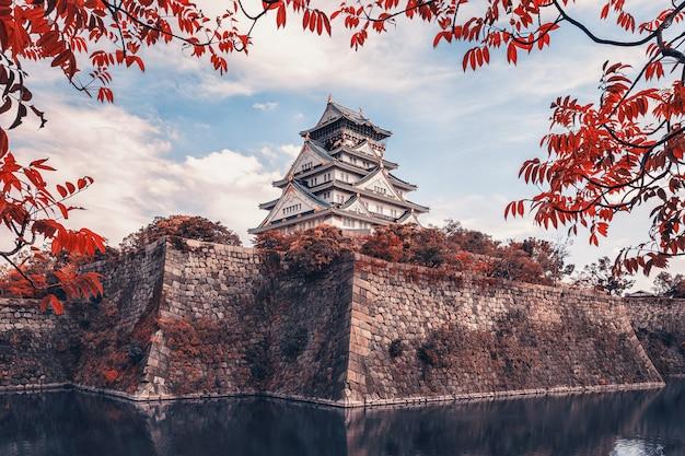 Красивый замок в осаке в летний день в японии