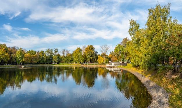 모스크바의 아름다운 ostankino 공원, 물에 부두와 반사와 가을 연못