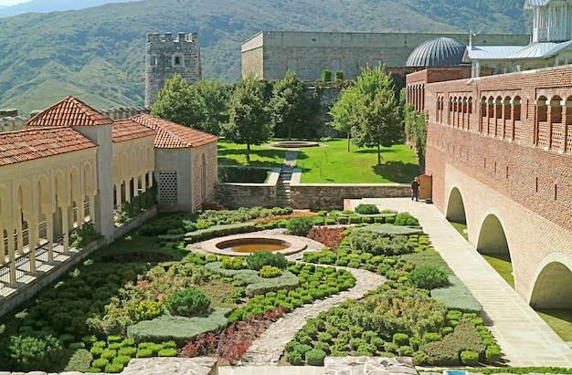 Красивый двор в османском стиле крепости ахалцихе, регион самцхеджавахети, грузия