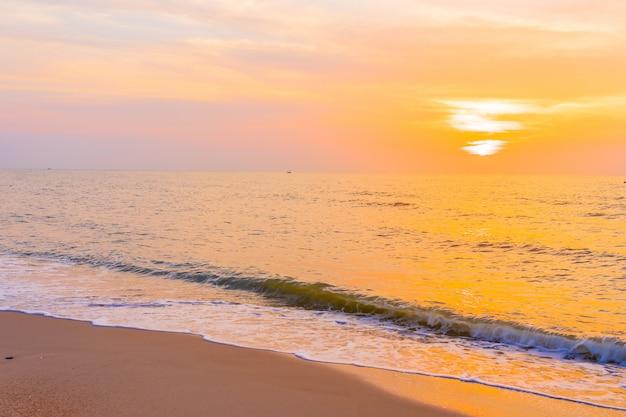 Красивый открытый пейзаж моря и тропического пляжа во время заката или восхода солнца