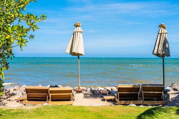 Красивый природный ландшафт с шезлонгом вокруг бассейна в курортном отеле