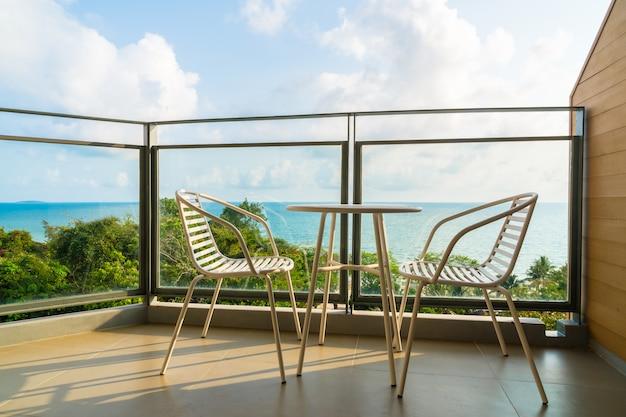 Красивый открытый внутренний дворик со стулом и столом