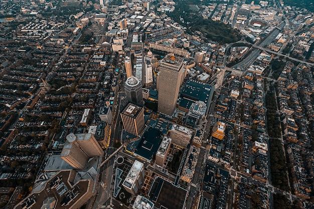 Bellissimo paesaggio urbano dall'alto girato con un drone