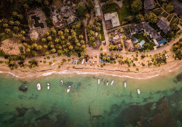 Прекрасный вид сверху на дома и небольшие лодки, припаркованные на берегу моря.