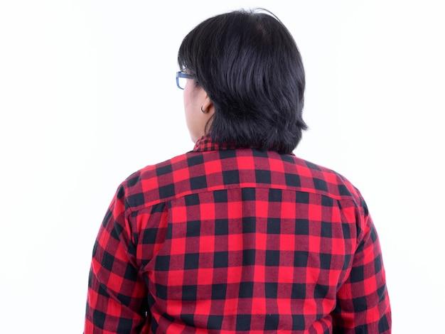흰 벽에 고립 된 안경을 쓰고 짧은 머리를 가진 아름다운 과체중 아시아 힙 스터 여자