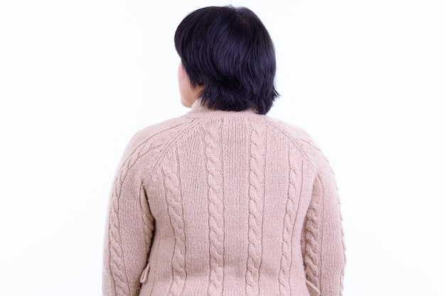 흰 벽에 고립 된 겨울 준비 짧은 머리를 가진 아름 다운 과체중 아시아 여자