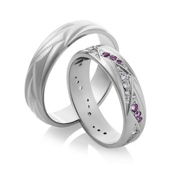 宝石が分離されたホワイトゴールドの結婚指輪の美しいペア