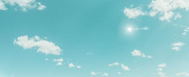 아름 다운 파노라마 푸른 하늘과 일광 자연 배경으로 구름. 빈티지 톤 스타일.