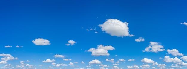 아름다운 파노라마 푸른 하늘과 일광 자연 배경으로 구름
