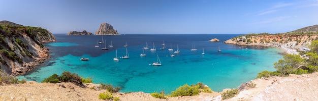 Прекрасная панорама бухты кала хорт с морскими парусными яхтами и гора эс ведра. ибица, балеарские острова. испания