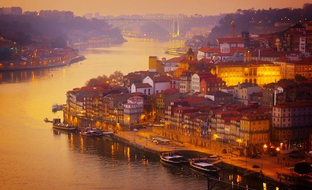 日没時のリベイラ川とドウロ川ポルトの美しいパノラマ、ポルトガル
