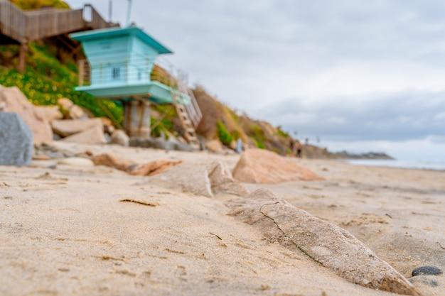 Красивая панорама пляжа с голубой спасательной шлюпкой в сан-элихо state beach сан-диего