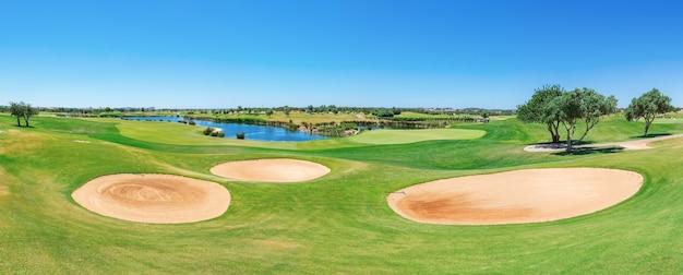 Прекрасная панорама поля для гольфа. лето туристов.