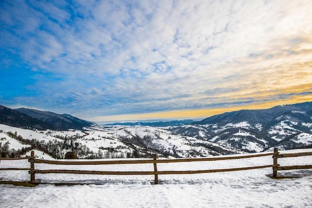 雪に覆われ、ハイキングコースに分かれた山脈の美しいパノラマ