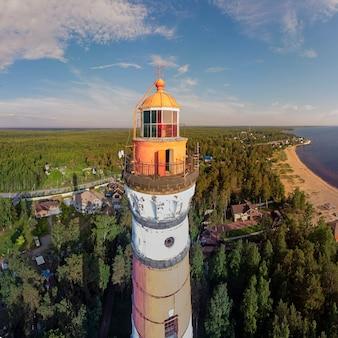 러시아 레닌그라드 지역의 등대와 물이 있는 해안의 전망을 감상할 수 있는 아름다운 파노라마입니다.