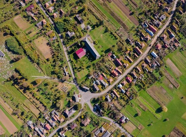 村の高さの景色のフィールドと美しいパノラマの空中写真