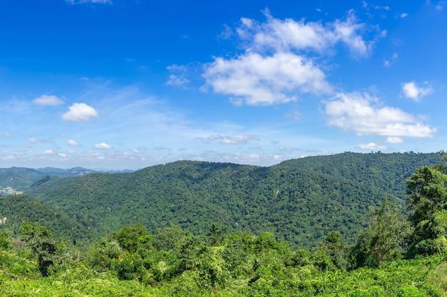 푸른 하늘 배경에 아름 다운 파노라마 산-파노라마 풍경 태국