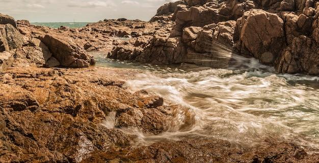 Bella ripresa panoramica di scogliere e rocce con mare