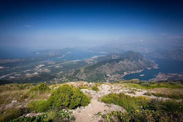 Красивый панорамный снимок с вершины горы на залив и голубое небо.