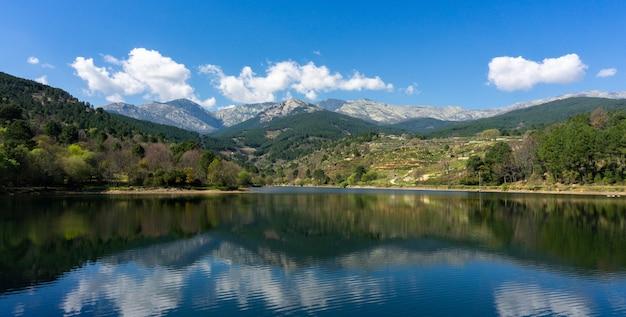 배경에 산과 나무와 호수의 아름다운 파노라마 샷