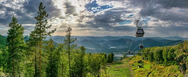 숲 위로 케이블카의 아름다운 파노라마 샷