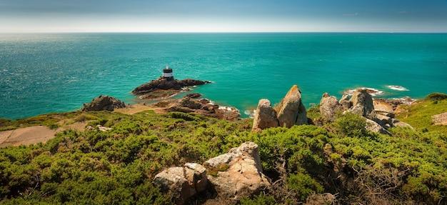 Красивый панорамный снимок скал со спокойным морем