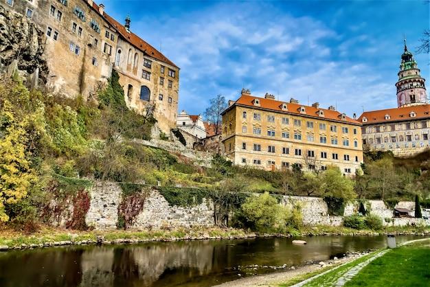 チェコ共和国のヴルタヴァ川のほとりにあるチェスキークルムロフ城の美しいパノラマ写真