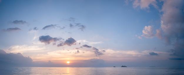 아름 다운 파노라마 열대 보라색 푸른 바다 일몰과 노란색 구름 배경