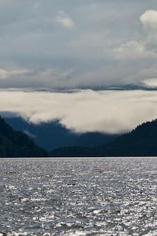 Kucherla 산 호수와 산맥 벨루하 국립 공원 알타이 re의 아름다운 탁 트인 전망...