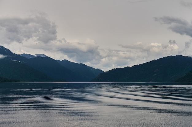 Kucherla 산 호수와 산맥의 아름다운 탁 트인 전망. 벨루하 국립공원, 알타이 공화국, 시베리아, 러시아.