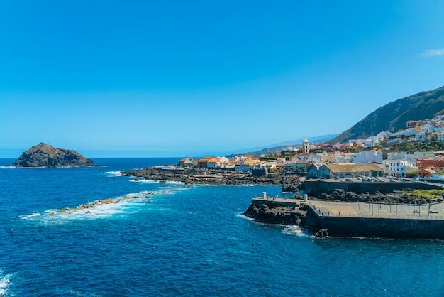 Прекрасный панорамный вид на уютный городок гарачико на берегу океана