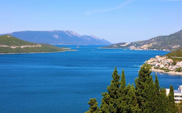 Прекрасный панорамный вид на адриатическое море из города неум в боснии и герцеговине, европа