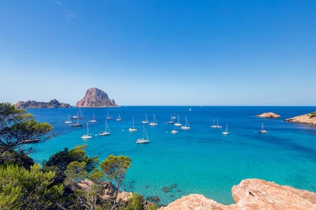Красивый панорамный вид на кала хорт и горы на ибице, испания
