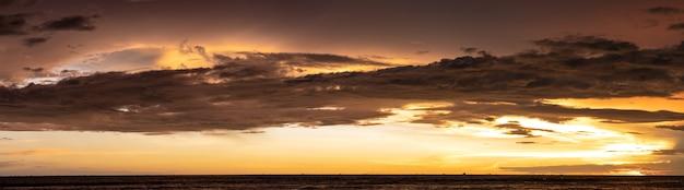 Прекрасный панорамный вид на драматическое небо сразу после заката