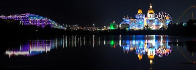 러시아 소치 올림픽 공원에서 밤에 조명이 켜진 호텔