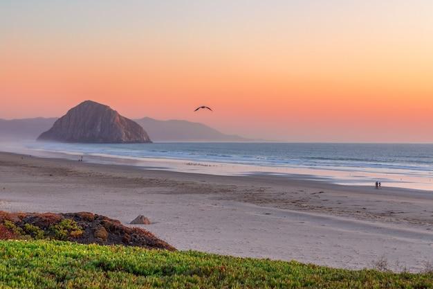 Прекрасный панорамный вид на залив морро и скалу морро на закате. калифорния. сша